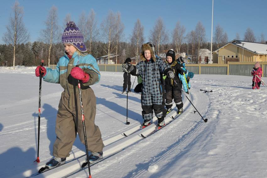 Lapsia-hiihtämässä